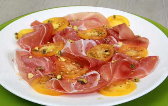 Carpaccio von Serrano-Schinken und Tomaten