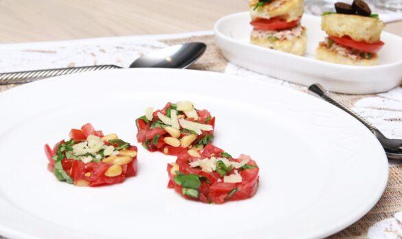 Tomatentatar mit Basilikum und Pinienkernen