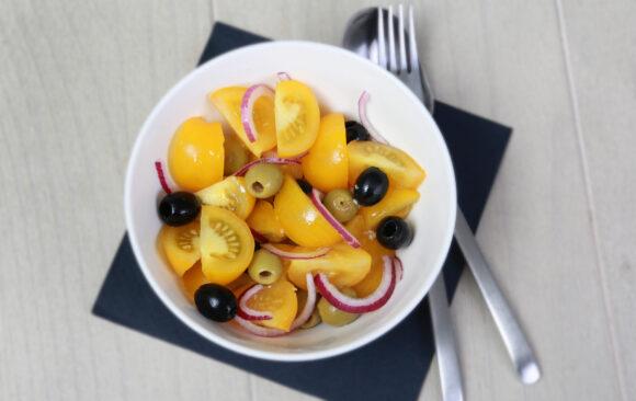 Tomatensalat mit roten Zwiebeln und Oliven